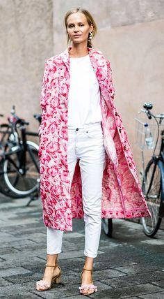 Street style look com casaco rosa.