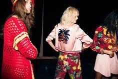 En backstage du défilé Tommy Hilfiger printemps-été 2016 à New York, jamaïque, couleurs, ananas, rose