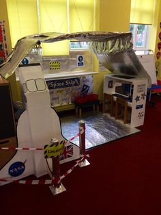 RAUMSCHIFF Build a spaceship in class - putting problem solving and math to work! Space Preschool, Space Activities, Play Based Learning, Learning Through Play, Build A Spaceship, Space Solar System, Space Classroom, Role Play Areas, Outer Space Theme