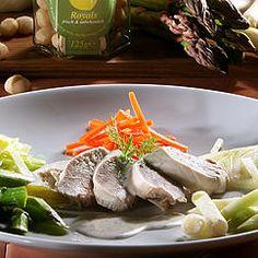 Pochierte Pouladenbrust mit Kokos-Zitronengras-Sauce und Gemüse-Julienne