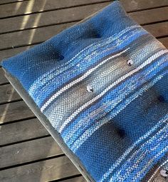 Using rag rug as upholstery Fabric Yarn, Woven Fabric, Loom Weaving, Hand Weaving, Pillow Inspiration, Tear, T Shirt Yarn, Loom Patterns, Personalized T Shirts