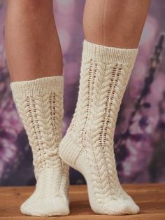 Naisen neulotut pitsipalmikkosukat Lace Socks, Knitted Slippers, Wool Socks, Crochet Slippers, Knitting Socks, Hand Knitting, Crochet Home, Knit Crochet, Knit Shoes
