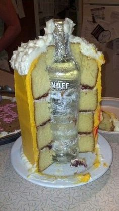 Ich habe gerade vier Kuchen gebacken die O… Monica Beer Stein Birthday Cake. I just made four cakes baked the top and cut out the middle and slid each cake onto the bottle. Easy Birthday Desserts, Funny Birthday Cakes, Funny Cake, Birthday Cakes For Men, Easy Desserts, Cake Birthday, Birthday Ideas, Guys 21st Birthday, Birthday Gifts