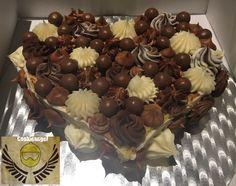 Ayer fue Santa Montse y en casa de una persona muy especial lo celebraron con este pastel a los tres chocolates