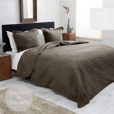 Obojstranný hnedý prehoz na manželskú posteľ s ornamentami