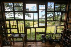 Un couple d'artistes construit une cabane avec des fenêtres recyclées pour seulement 450€