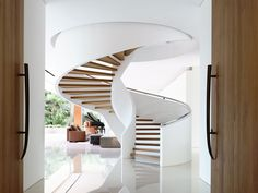 le scale a chiocciola sono dei vortici che drenano l'energia verso il basso e scaricano il settore che occupano. il posto peggiore è il centro della casa. la forma aperta non fa che aumentare i problemi.