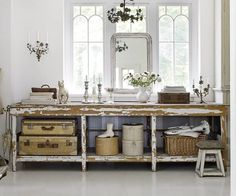 counter-table-storage-baskets-suitcases-gray-weathered-country-flea-market-style-decorating-white-vintage-ecelctic-home-decor-ideas-Sköna
