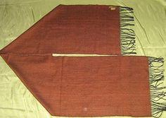Ein kostbarer hellbrauner #Schal aus einem Stoff, gewebt aus edler #Seide und #Babyalpaka #Wolle. Federleichte Eleganz, passend zu jeder Gelegenheit.