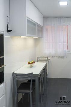 Cocina Blanca con encimera granito Verde Lara. Cocinas Suarco Condo Design, House Design, Sell My House, Narrow Kitchen, Interior Design Kitchen, Cozy House, Apartment Living, Living Room Decor, Diy Home Decor