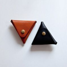 This leather coin pouch is handmade by husband and wife owned Kuska Koushi leather, located in Sapporo Japan.