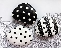 Items similar to Black & White Polka Dots Painted Stones Set, Home Table Stone Decor, Black White Home Decor, Decorative Painted Stone, Polka Dots Monochrome on Etsy Painted Rock Animals, Painted Rocks Craft, Hand Painted Rocks, Painted Stones, Rock Painting Patterns, Rock Painting Ideas Easy, Rock Painting Designs, Pebble Painting, Pebble Art