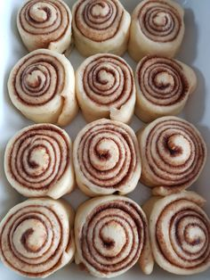 Cinammon Rolls, Mini Cinnamon Rolls, Pastelon Recipe, Mexican Food Recipes, Sweet Recipes, Cinnamon Roll Cheesecake, Donuts, Food Platters, Desserts To Make
