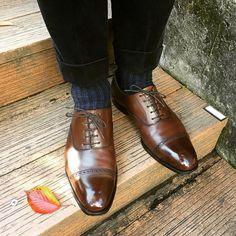 紅葉した落ち葉と秋色靴を。 今季初のコーデュロイパンツにCrockett&Jonesのbelgrave3です #crockettandjones #belgrave #belgrave3 #handgradeline #handgrade #gta #紅葉 #落ち葉 #saphirnoir #saphir #クロケットアンドジョーンズ #ベルグレイブ #ハンドグレード #サフィールノワール #サフィール