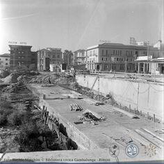 Procedono alacremente i lavori in piazzale Kennedy (anni '60) - foto di Davide Minghini Biblioteca Civica Gambalunga #fotostoriche #riminisparita #bancacarim #bibliotecagambalunga #bancacarim #facebook