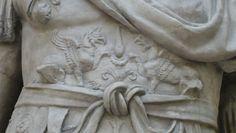 Borstkuras van Titus met griffioenen. Museo della Civiltà Romana, Rome.