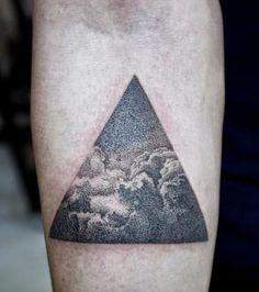 Tattoo Dot work sur l'avant-bras: des nuages en transparence dans un triangle