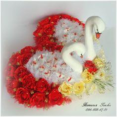 Композиция из конфет «Лебединая верность в сердце»