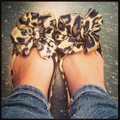 Leopard bow flats Too cute! Cute Flats, Bow Flats, Cute Shoes, Me Too Shoes, Heeled Boots, Shoe Boots, Pretty Shoes, Shoe Closet, Glamour