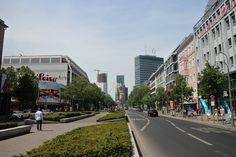 De Kurfürstendamm is de bekendste winkelstraat van Berlijn. Voor iedereen die wil shoppen of uitgaan in Berlijn, is de Ku'damm de plek bij uitstek.