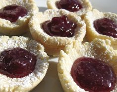 Shortbread cookies with jam-one of my favorite cookies! No Cook Desserts, Delicious Desserts, Dessert Recipes, Dessert Ideas, Shortbread Cake, Shortbread Recipes, British Dishes, Jam Cookies, Eat Dessert First