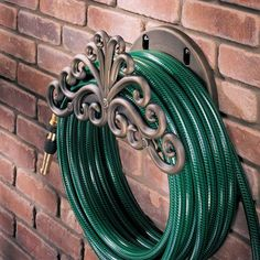 4 great ways to store your garden hose. I love the idea of keeping it on a reel- easy to put away, and looks classy. Garden Projects, Garden Tools, Garden Ideas, Garden Inspiration, Lawn And Garden, Home And Garden, Summer Garden, Garden Hose Holder, Garden Hose Storage