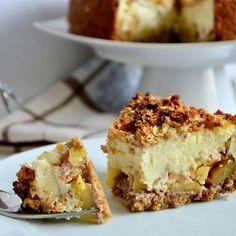 Tak tady máte slíbený recept na tvarohový dort s karamelizovaným jablíčkem a drobenkou Potřebujeme: ➡Na korpus: •100g vloček •100g vlašských ořechů •trochu vody -> Vše společně rozmixujeme a přidáme trochu vody, aby nám vzniklo pevné těsto. To poté namačkáme do dortové formy (19cm) a dáme péct na 5 minut na 175° . ➡Karamelizovaná jablíčka: •3 středně velká jablka •větší lžíce medu -> Vše smícháme, opečeme na pánvi a nasypeme na upečený korpus . ➡Krém: •250g tvarohu •350g jogurtu •vejce… Healthy Cake, Healthy Sweets, Healthy Recipes, Healthy Food, Dessert Recipes, Desserts, Sweet Life, Sweet Tooth, Cheesecake
