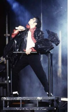 MJ on cherrypicker Earth Song, Photos Of Michael Jackson, Jackson 5, King Of Hearts, Say Hello, Great Artists, Famous People, Mj, Concert