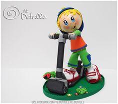 Niño con patinete