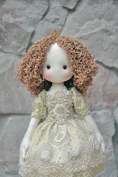 Princesse Elise. Poupée de décoration. : Accessoires de maison par pomme-d-amour-in-the-garden