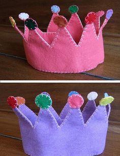 possible Mini-THON prize? Felt crown for Games winners-like it Fleece Crafts, Felt Crafts, Kids Crafts, Diy For Kids, Gifts For Kids, Fete Ideas, Party Ideas, Felt Crown, Felt Books
