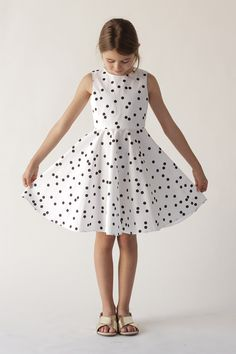 Sleeveless dress in polka dot white. Dresses Kids Girl, Kids Outfits, Cool Outfits, Vegas Dresses, Summer Dresses, Style Hipster, Kids Dress Patterns, Girl Fashion, Fashion Dresses
