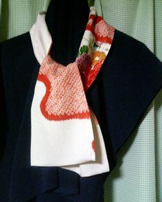 「着物の残り布の縮緬スカーフ春模様 」昔のきものをほどいた残り布です。白地に赤の絞りと花柄が素敵だったのですが、135cmしかなく、とってあったのです。春にブラウスを着たとき襟が少し見えると素敵ですよ[材料]春色のはしぎれ/白絹糸(手縫い用)
