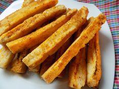 Česnekové tyčky z rohlíků Rozpustíme máslo a smícháme ho s česnekem, kořením a solí. Z rohlíků odřežeme špičky a rohlík nakrájíme na tyčky.Mašlovačkou každou tyčku lehce...