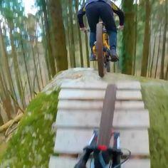 Mountain Bike Action, Mountain Bike Trails, Downhill Bike, Mtb Bike, Bmx Videos, Montain Bike, Roller Design, E Mtb, Parkour