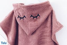 Badeponcho nähen fürs Baby / Kind – Anleitung mit Kapuze In this guide, we will show you step by step how to sew a bath poncho. This hooded towel for baby or child is easy to customize. Knitted Poncho, Knitted Hats, Hooded Poncho, Knitting Patterns Free, Baby Knitting, Dwarf Hat, Baby Towel, Pink Socks, Triangle Scarf
