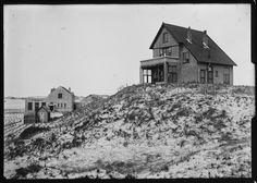 """Op de voorgrond het huis """"Ulysses"""". In het verschiet restaurant """"Nassau"""" met daarvoor het houten huisje """"Casina Mia"""". Datum: 1920 Catalogusnummer: FO1400091"""