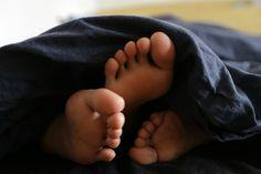 Os corpos movem-se debaixo da roupa lenta, o quente sobe com o abraço, a pouca roupa abandonada peça a peça, perdida algures na cama