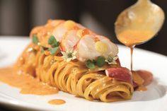 photo Food Plating Techniques, Bistro Food, Western Food, Food Garnishes, Food Staples, Food Menu, Food Design, Food Presentation, Pasta Dishes