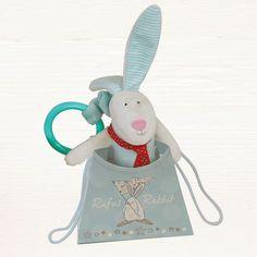 Rufus Rabbit Leke Kanin Blå.      Flott leke for å henge i barnevogn, over sengen eller i bilen.  Aktivitetsleke for de små når de trengs å underholdes.  Ørene knitrer, klem på den så piper den og når du drar ut snoren så vibrerer Rufus og lager lyder. Ring med åpning for å henge opp leken.  Størrelse Leke 8 x 23 cm. Størrelse gavepose: H 10 x L 12 B 6,5 cm.