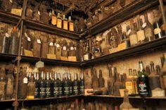 La Tour d'Argent, un des plus anciens restaurants d'Europe, ouvert en 1582, est un haut lieu du patrimoine gastronomique française. Si l'établissement est fameux pour son canard au sang, il l'est également pour la richesse de sa cave exceptionnelle.