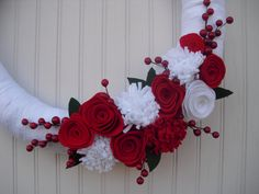 Christmas Yarn Wreath in Red & White. Felt flower and berries