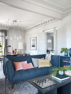 Terrasse en plein ciel et couloir de nage pour un appartement contemporain - PLANETE DECO a homes world Sofa, Couch, Blog Deco, Love Seat, Fancy, Design Room, Furniture, Home Decor, Interior Lighting