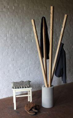 Name: Michelle Mohr, Adresse: Beseland 9, 29459 Clenze, Beschreibung: Garderobe aus Holzstangen von Michelle Mohr Der schwere Sockel aus Beton macht die Garderobe sehr standfest. Die Stangen aus Holz sind geölt und bieten durch geschickt eingeschnittene Haken zahlreiche Möglichkeiten, Jacken oder Kleiderbügel anzuhängen. Die Jacken können natürlich auch ganz locker über die Stange gehängt werden. Die Garderoben werden auf Bestellung auch aus dem Holz ihrer Wahl gefertigt.