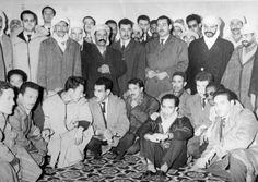 1- Le Cdt Abdelaziz Bouteflika . 2- Le colonel Houari Boumediene . 3- Colonel Ali Kafi . 4- Colonel Abdelhafid Boussouf . 5- Colonel Mostefa Benaouda . 6- Colonel Dghine Boudghène dit Lotfi . 7- Le Cdt Mohamed Rouaï, dit Tewfik . 8- Le Cdt Rachid dit Mosteghanemi . 9- L'ambassadeur Laâla - MALG . 10- Mohamed Boudaoud, dit Mansour . En arrière plan : des cadres et des militants