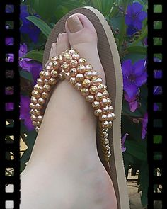 Slippers decorated with pearls. Decorating Flip Flops, Bling Converse, Beaded Sandals, Glass Slipper, Casual Boots, Crazy Shoes, Huaraches, High Heels, Slippers