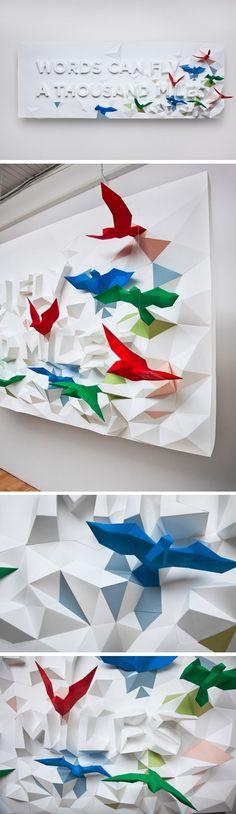 Magnifique affiche conçue par les designers montréalais pour le projet Words Can Fly A Thousand Miles. Cette conception a été inspirée par la coutume traditionnelle japonaise, Senbazuri, qui signifie une nuée d'oiseaux et qui a pour but de plier ces oiseaux pour souhaiter bonne chance à quelqu'un.