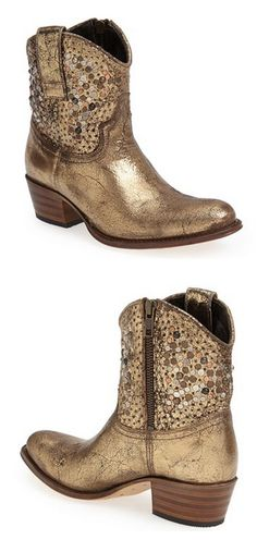 Stunning gold studded boot by Frye rstyle. Botas Western, Western Boots, Country Boots, Bootie Boots, Shoe Boots, Ankle Boots, Cute Shoes, Me Too Shoes, Studded Boots