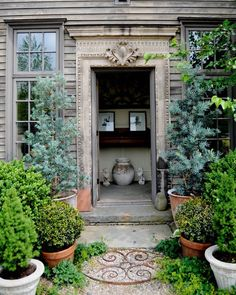 Potted Garden Entrance - looks like a primitive New England allee - love the juxtaposition of the rustic siding and ornate door trim. Garden Paths, Garden Landscaping, Spring Garden, Home And Garden, Garden Cottage, Living Haus, Gazebos, Garden Entrance, Shade Plants