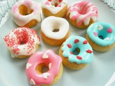 Toooo cute for words: Teeny tiny *CHEERIO* donuts! This would be adorable at a little girl's doll party Mini Donuts, Doughnuts, Yummy Donuts, Cupcakes, Cupcake Cakes, Cupcake Toppers, Cheerio Treats, Cake Pops, Muffins